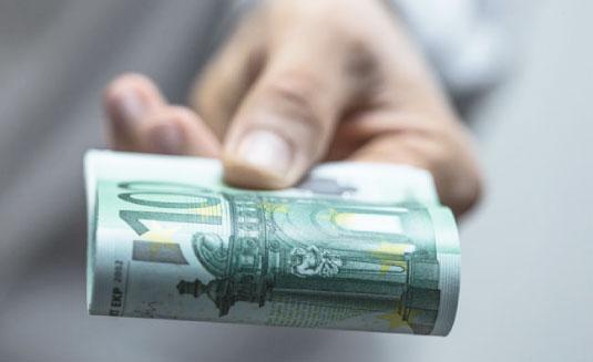 Bild von Geldscheinen in Hand